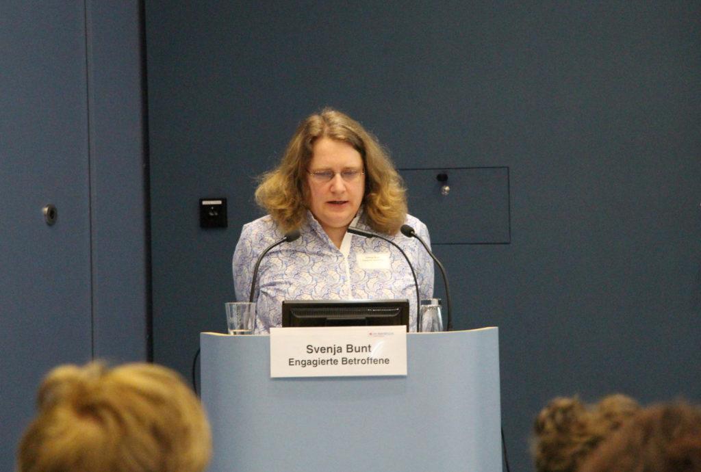Svenja Bunt hält einen Vortrag bei einer Tagung des Paritätischen Gesamtverbandes